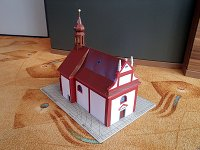Papercraft imprimible y armable de la Iglesia de la Trinidad del cementerio en Zdar, en la República Checa. Manualidades a Raudales.